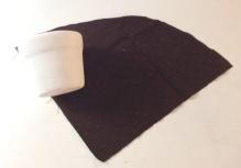 Recortar o tecido deixando sobras de 02 dedos na borda e no fundo do vaso