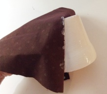 Passe cola branca no vaso e apoie o tecido